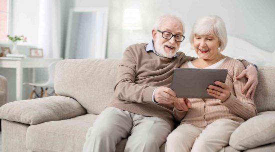 ambiance_couple-senior-tablette_bailleur-social_bordeaux-toulouse_hlm_logement_louer-acheter